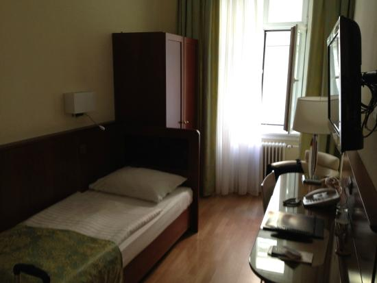 Hotel Wandl: Room view from door - twin bed but OK for me