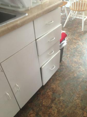 Catskill Mountain Lodge : Broken Kitchen drawers