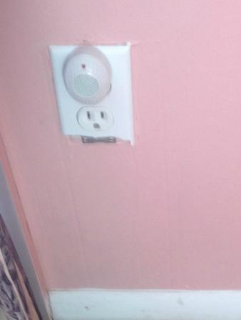 Palenville, نيويورك: Non functioning outlet with broken faceplate
