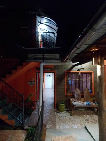 Residencial Azaleas Place : Espacio de uso común y acceso a las habitaciones
