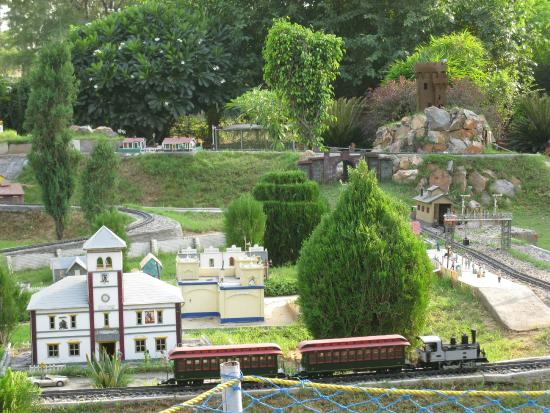 ‪NeverEnuf Garden Railway‬