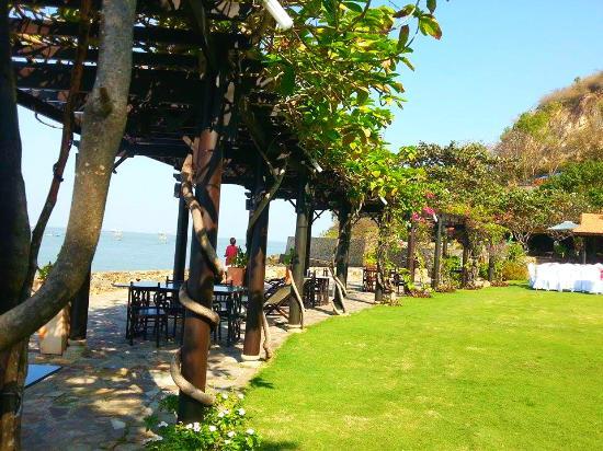 Binh An Village Vung Tau : Yard next to the beach