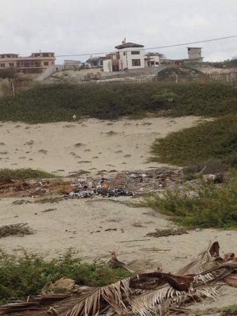 Las Casitas Mancora: Acceso a las casas lleno de basura, escombros y ratas