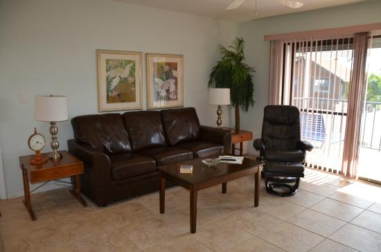 Twins Inn & Apartments : Living room with Gulf view (some units)