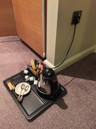 Hilton London Tower Bridge: Tea or instant coffee on the floor anyone?