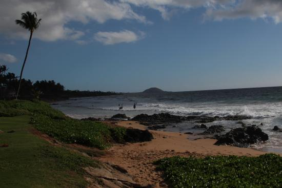 beach view behind property picture of days inn maui. Black Bedroom Furniture Sets. Home Design Ideas