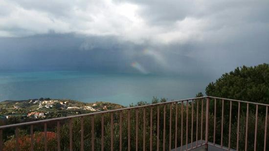 Villa Giulia: Panorama dalla terrazza di casa Giulia 3 con il tocco dell'arcobaleno.... meraviglia :)