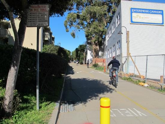 Cannery Row Inn : bike/jog path behind the hotel