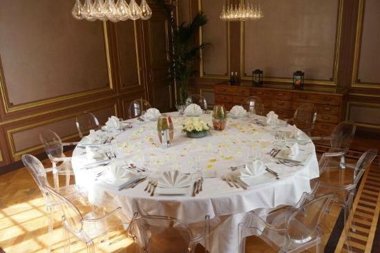 restaurant du chateau la demeure de la dame du fer table pour 17 personnes - Chateau De Wendel Hayange Mariage