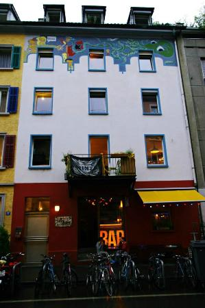 easyHotel Zürich: at the end of the little street is this cool bar!