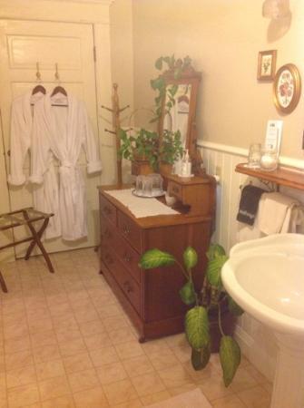 Old Consulate Inn : bathroom view 2