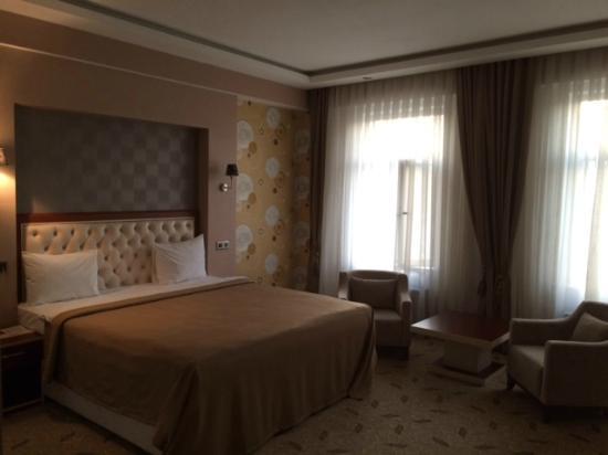 Grand Hotel: Просторный одноместный номер. Окна выходят на задворки, но зато тихо)