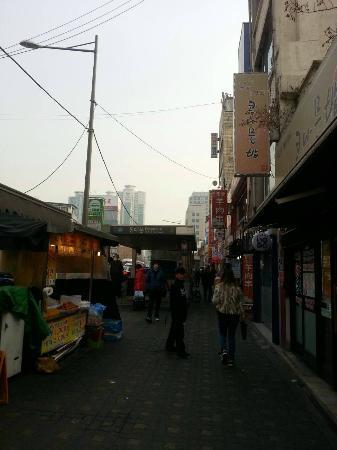 Global Inn Dongdaemun City Days Inn: 駅出口とコンナムルパプはホテルすぐ!