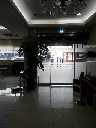 Global Inn Dongdaemun City Days Inn: エントランス。コーヒー、お茶、電子レンジはこの写真の左側スペースにあり。ノートPCも置いてました