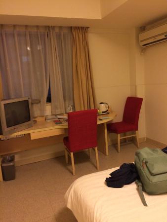 Jinjiang Inn Guangzhou Haizhu Jiangyan Road : Bed and desk