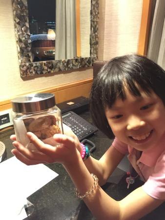 Mandarin Oriental, Singapore: 週一回到房間看到飯店送的曲奇餅, 女兒好開心