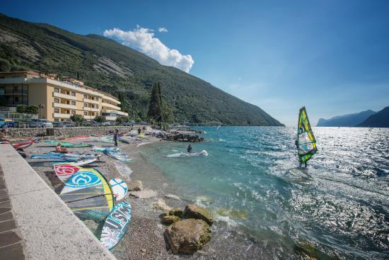 Hotel Residence Torbole : Spiaggia di fronte all'hotel