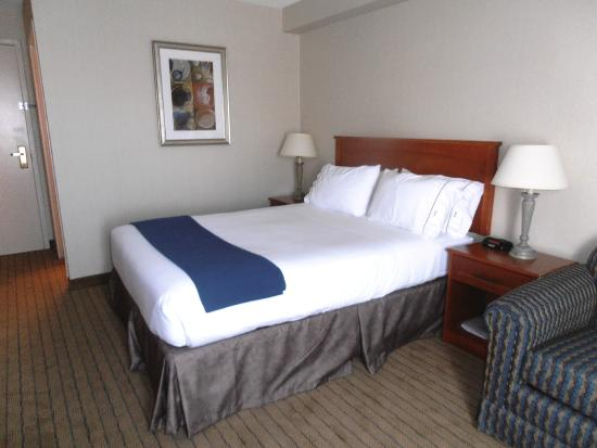 Holiday Inn Express Toronto - North York: Our Standard Queen Bed