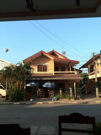 Khamphone Guest House: Vue de l'extérieur. La photo est prise des tables où l'on prend le petit déjeuner.
