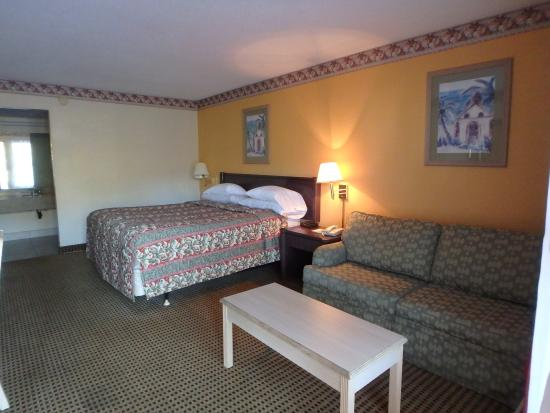 Knights Inn Sarasota: king bed and couch