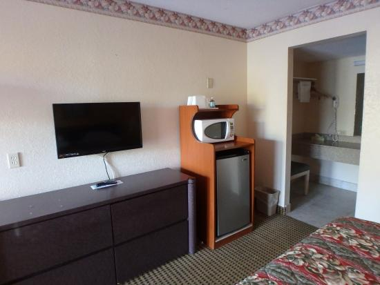 Knights Inn Sarasota: TV, fridge, microwave