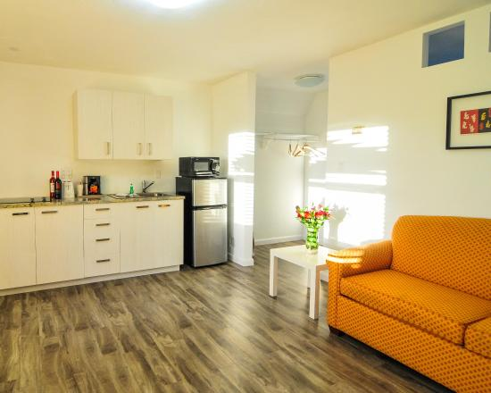 Regency Inn & Suites: Living Room Kitchen in a Suite
