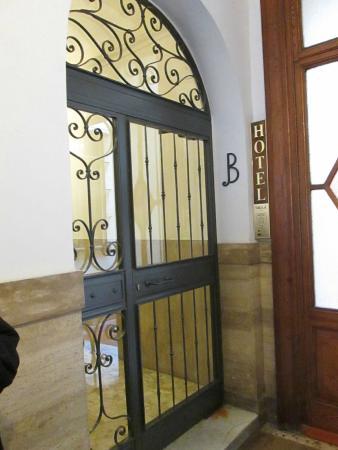 Hotel Silla: inside entry