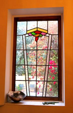 Adobe Rose Inn: Window in breakfast room