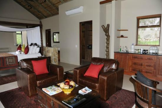 Tamodi Lodge: SITTING AREA IN HONEYMOON SUITE