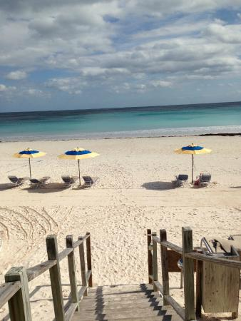 Runaway Hill Club: Private beach access with chairs and umbrellas for guests