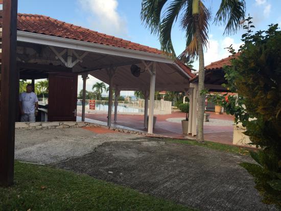 Residence de l'Anse Caritan: Vu du studio 3001 , sur le bar et surtout au carrefour piéton ou tous le monde regarde dans votr