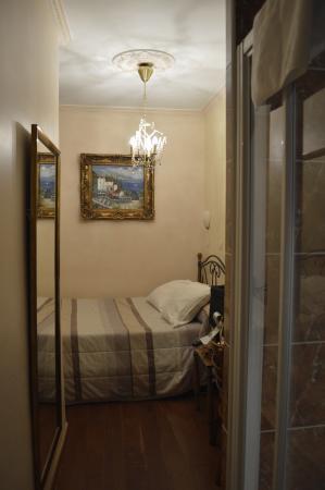 Pratic Hotel : corriodio doccia e letto