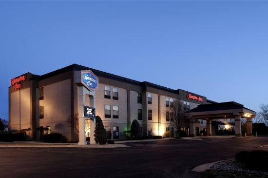 Quality Inn hotel in Fremont: Exterior at Night