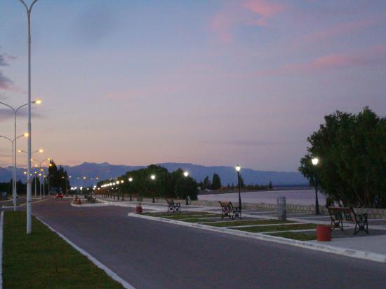 Hotel Mora: Anochecer frente al lago