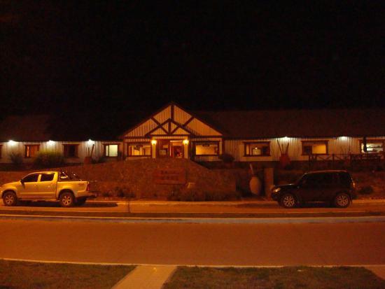 Hotel Mora: vista nocturna del frente del Hotel