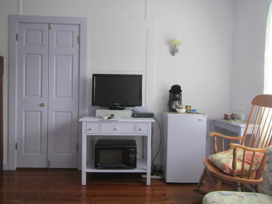Chelsea Garden Inn: Back room TV, fridge area
