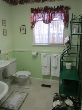 Chelsea Garden Inn: Big Bathroom