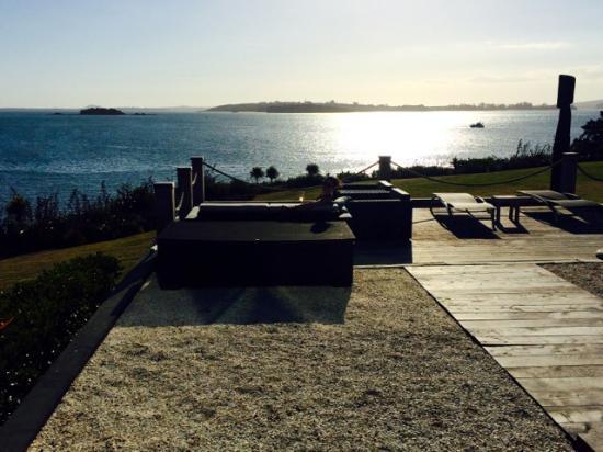 Hei Matau Lodge: Stunning views over Cable Bay