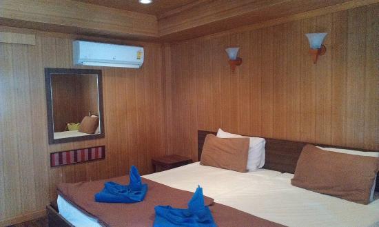 Lipe Power Beach Resort: широкая кровать