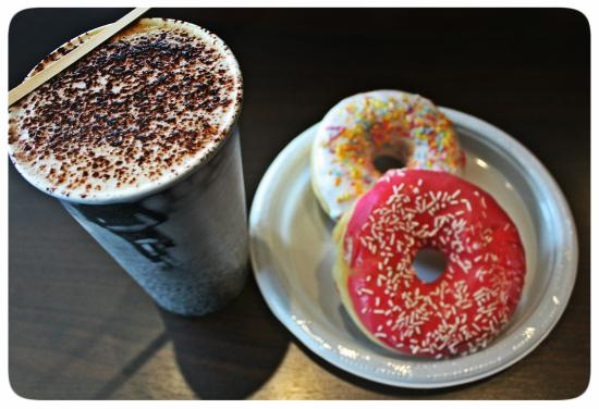 Bagels and coffees: Cappuccino Noisette avec donuts vanille fraise.