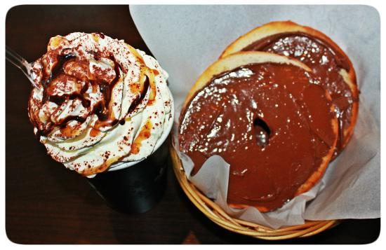 Bagels and coffees: Chocolat chaud chantilly caramel avec bagels grillé nuttela