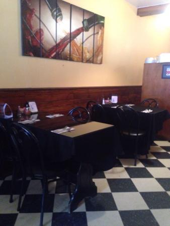 Vigneto Bar & Grill: Inside