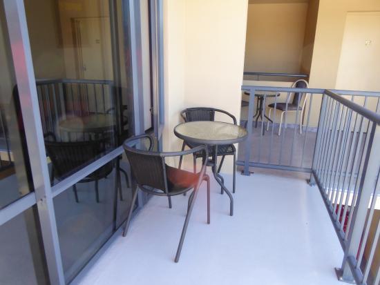 Avalon Manor Motel: Balkonmöbel