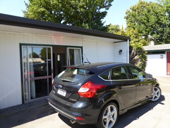 Adelphi Motel: Parken vor der Tür