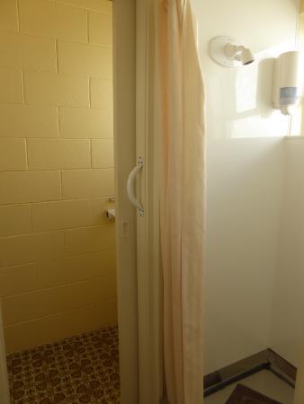 City Close Motel : Sehr einfaches Bad mit Blechboden in der Dusche und uraltem Fußboden und Armaturen