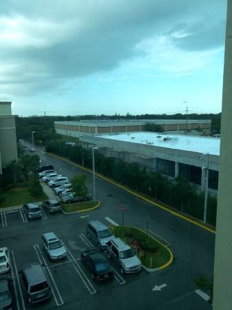 Homewood Suites Ft. Lauderdale Airport & Cruise Port : Parking lot and Boat Marina