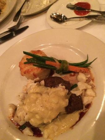 Arthur's Restaurant: Filet Oscar, mashed potato and green beans.