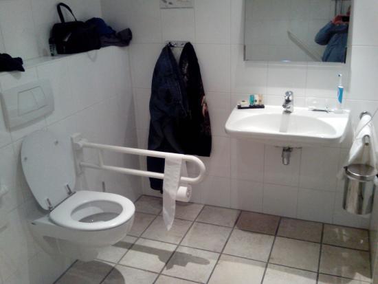Aangepaste badkamer, ruim en toegankelijk, hoge pot. - Picture of ...