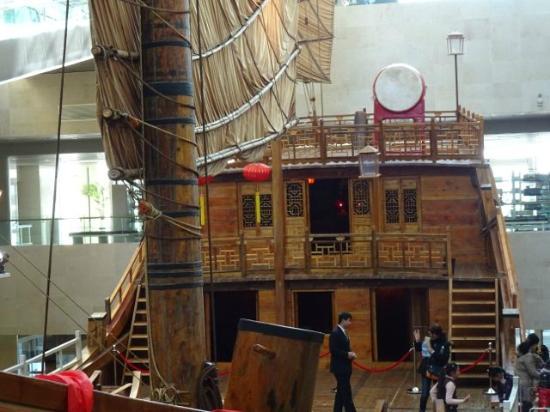 "China Maritime Museum: Ein Holzboot, ""Fu-Dschunke"" (da aus Fujian) genannt. Man darf das Deck betreten"