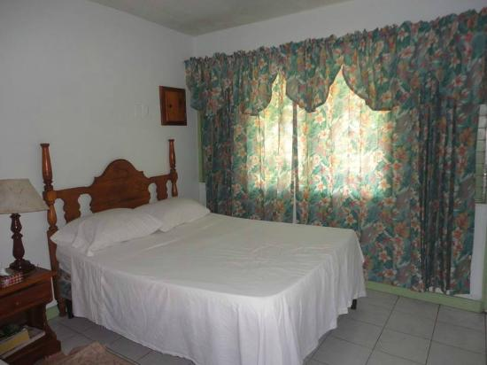 Hidden Paradise Resort Hotel: Large spacious room with comfortable beds